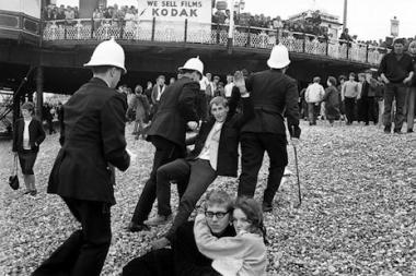 La Policía haciendo detenciones en la playa de Brighton