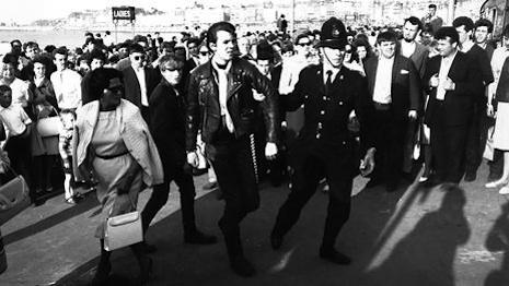 La Policía deteniendo a un rocker en Brighton