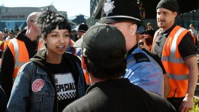 Saffiyah Khan con una camiseta del grupo The Specials