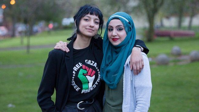 Saffiyah Khan y Zaira Zafar, mujer que estaba siendo rodeada e insultada por los partidarios de EDL