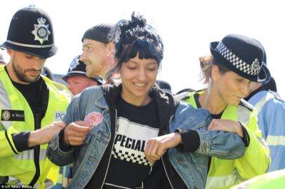 Saffiyah Khan siendo retirada por la policía de West Midlands (UK)