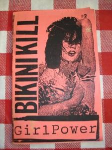 La banda dBikini Kill se inició en 1990 por Tobi Vail y Kathleen Hanna, quienes también editaban el fanzine del mismo nombre. l igual que con Jigsaw y Girl Germs, los artículos de Bikini Kill se centraron en punk rock, política, temas feministas y Riot Grrrl, así como reportajes de escenas sobre actuaciones locales y noticias sobre bandas como Bratmobile, Heavens to Betsy, Fugazi y Nirvana, entre otros.