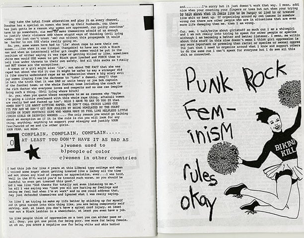 Número #2 del zine Bikini Kill, de 1991. Esta imagen muy reproducida de una animadora con pompones y un suéter Bikini Kill captura la estética de Riot Grrrl.