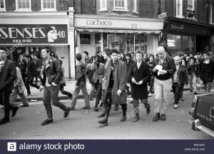 Grupo de punks marchando por Kings Road en 1979