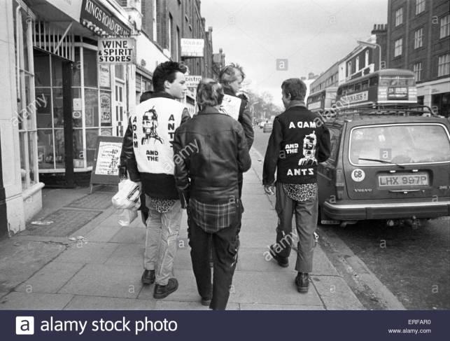 Jóvenes punks marchando por Kings Road