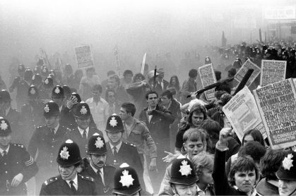 _97531341_nationalfrontlewishamlondonriot1970'sengland002